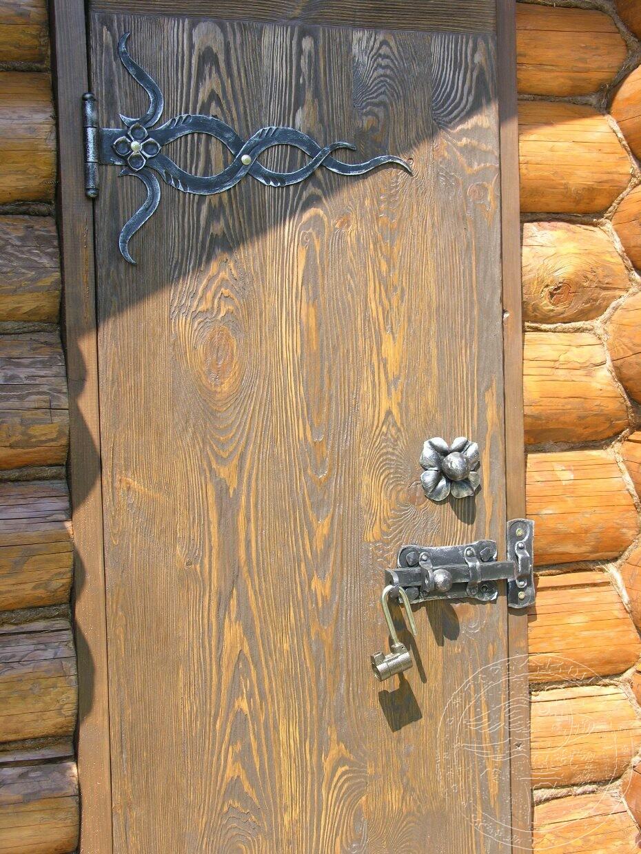 дверь входная из состаренной сосны